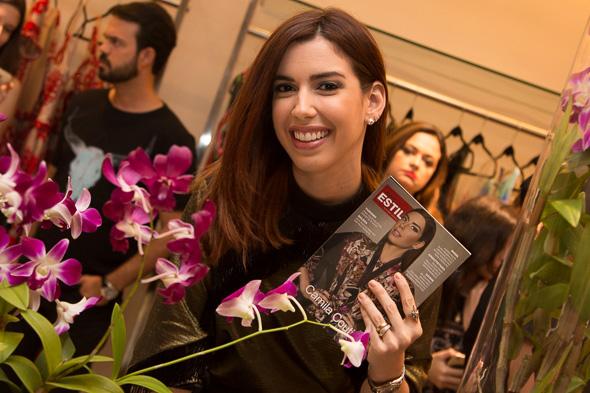 Camila Coutinho com uma de suas capas Crédito: Tatiana Sotero/D.P./DA Press