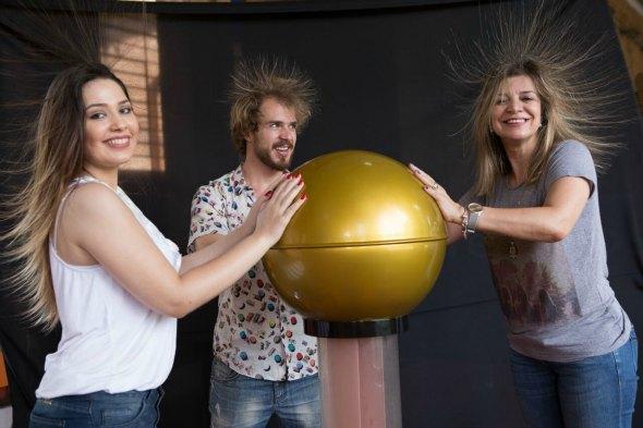 O experimento que arrepia os cabelos Créditos: Mateus Matta/Divulgação