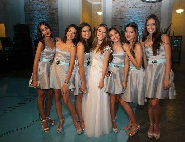 Ana Clara e algumas de suas daminhas. Crédito: Nando Chiappetta/DP/D.A. Press