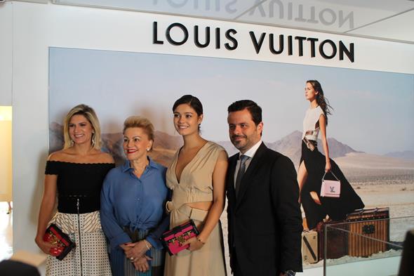 Juliana e Lilia Santos junto com Sophie Charlotte e Alexandre Frota, diretor de operações da Louis Vuitton do Brasil Créditos: Taís Machado/DP/D.A Press