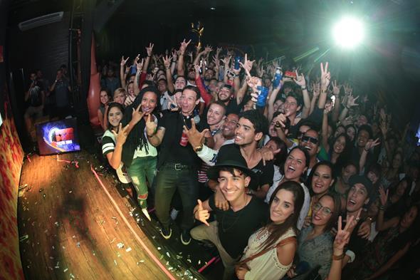 Caito fez uma grande selfie com os convidados Créditos: Paloma Amorim/Divulgação