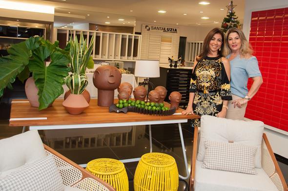Rosa Menezes e Izabel Farias e a vitrine Créditos: Dado Cavalcanti/divulgação