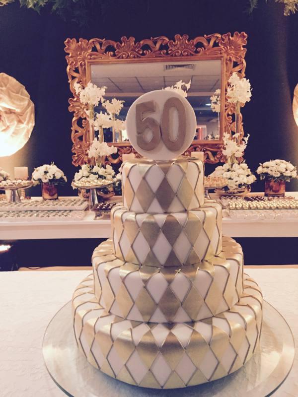 O belo bolo dos 50 anos da Glorinha Boutique