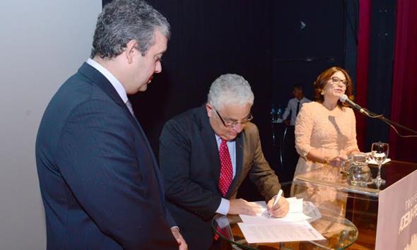 Os presidentes da Ademi, Andre Callou, e do Sinduscon, Gustavo Miranda, assinando o protocolo da REDEPROCIDADE Créditos: Divulgação/Ademi