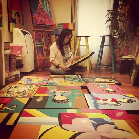 Sandra Freitas e suas obras. Crédito: Arquivo Pessoal
