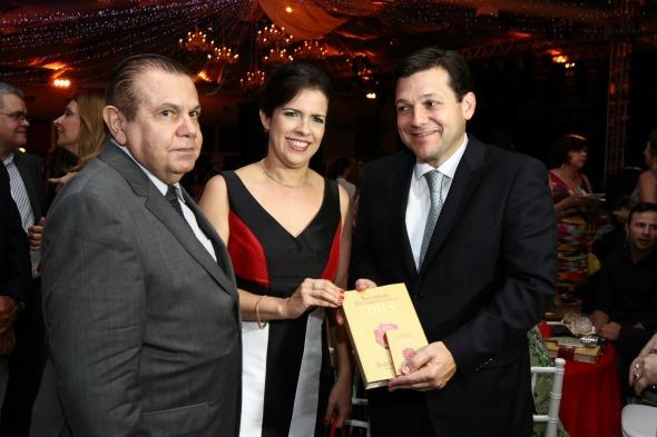 João Alberto, Cristina Melo e Geraldo Julio no lançamento do Sociedade Pernambucana 2014. Crédito: Paulo Paiva/DP/D.A Press