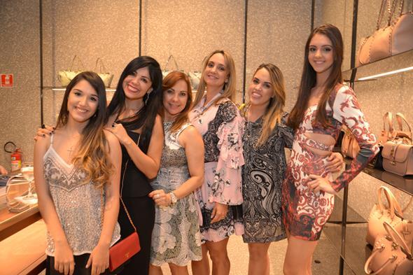 Giovana e Zilma Cribari, Tania Fontaine, Renata Braga, Rapha Torres e Fernanda Torres. Crédito: Divulgação/Valentino
