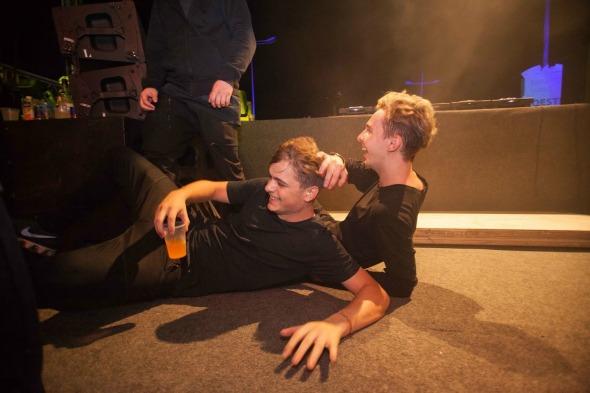 Martin Garrix e Arty deitados no chão do palco Créditos: Vito Sormany/ Moove Comunicação