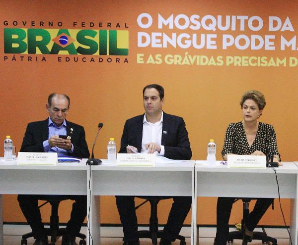 Ministro Macerlo Castro no celular/Aloísio Moreira