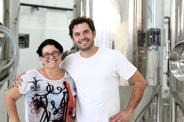O empresário Diogo Chiarardia com a mestre cervejeira Kátia Jorge. Crédito: Raquel Melo / Divulgação