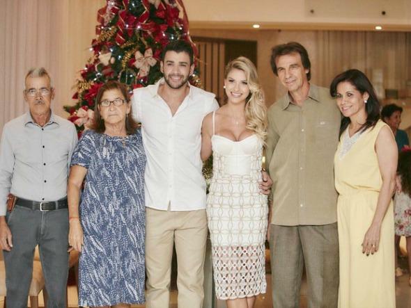 Gusttavo Lima e Andressa Suita, ladeados pelos pais. Crédito: João Augusto/Michelle Barzotto/Divulgação