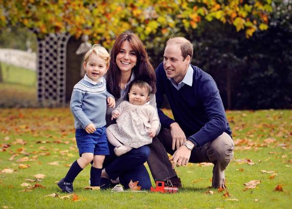 Kate Middleton e o Príncipe William ao lado dos dois filhos em nova foto oficial. Crédito: Chris Jelf/Kensington Royal/Reprodução