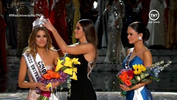 Miss Colômbia recebendo a coroa de Miss Universo. Crédito: Reprodução/TNT