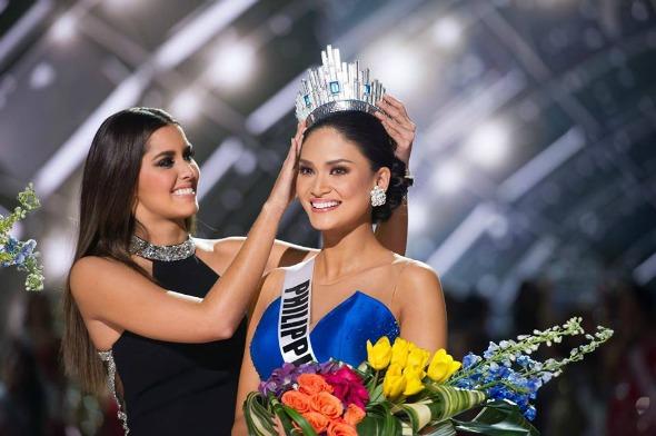 Miss Filipinas sendo coroada após o erro. Crédito: Reprodução/Facebook oficial do evento