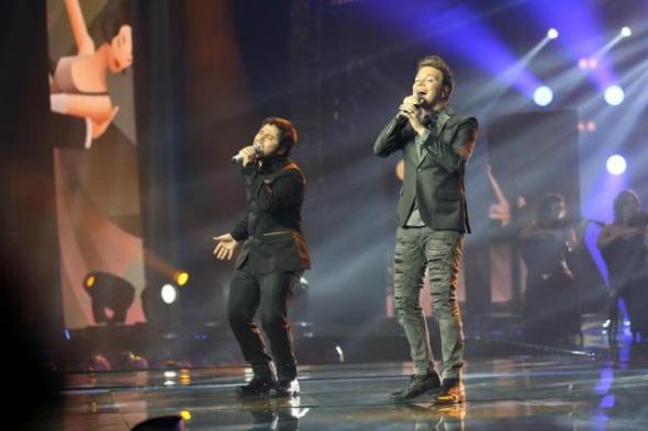 O vencedor Renato Viana e Michel Teló cantam juntos. Crédito: Gshow/Divulgação