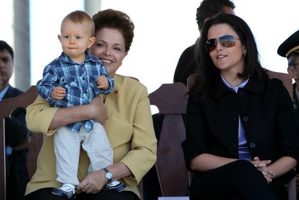 A presidente ao lado da filha Paula e do primeiro neto, em 2011. Crédito: Roberto Stuckert Filho/Reprodução