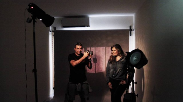 Filipe Menegoy ao lado de modelo. Crédito: Jorge Casagrande/Jornal Extra/Reprodução
