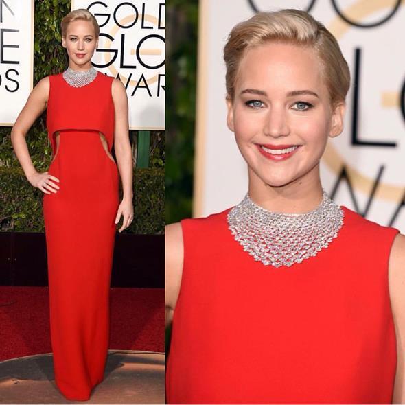 Jennifer Lawrence colocou um colar poderoso junto com o longo Dior - Crédito: Reprodução/Twitter