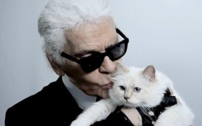 Karl Lagerfeld com a gatinha celebridade - Crédito: Reprodução do Youtube