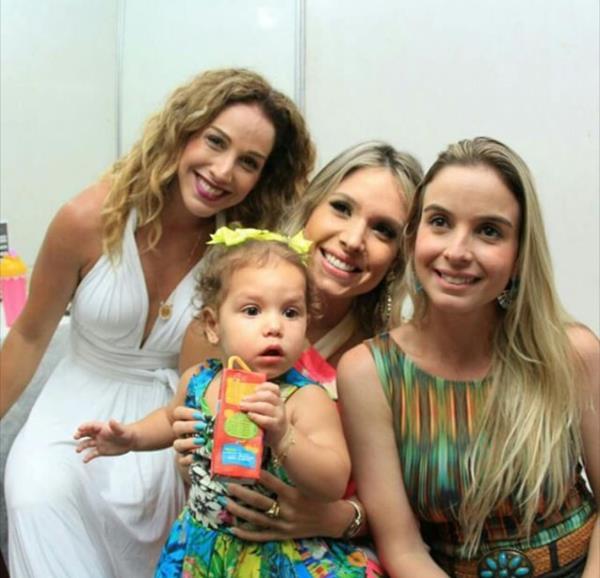 Thyane Dantas (centro) com a pequena Ysis no colo  - Crédito: Luiz Fabiano/Divulgação