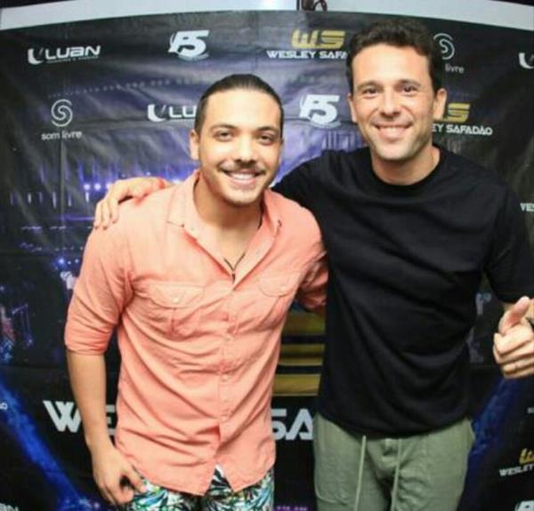 Wesley Safadão bateu um papo com o produtor Augusto Acioli no camarim do evento -  Crédito: Luiz Fabiano/Divulgação