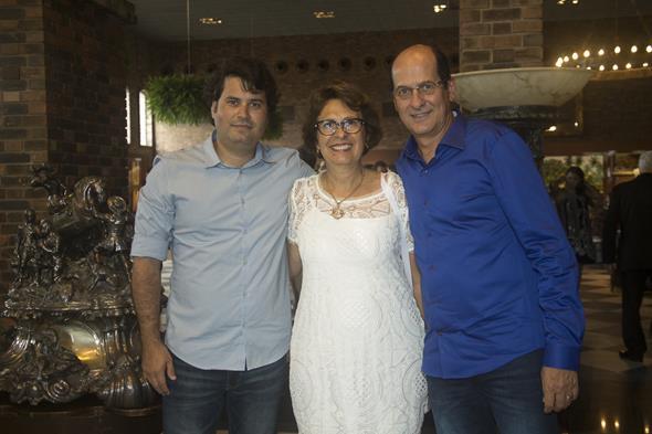 Cristina Queiroz e Daniel Queiroz com Queiroz Filho - Crédito: Igo Bione/Divulgação