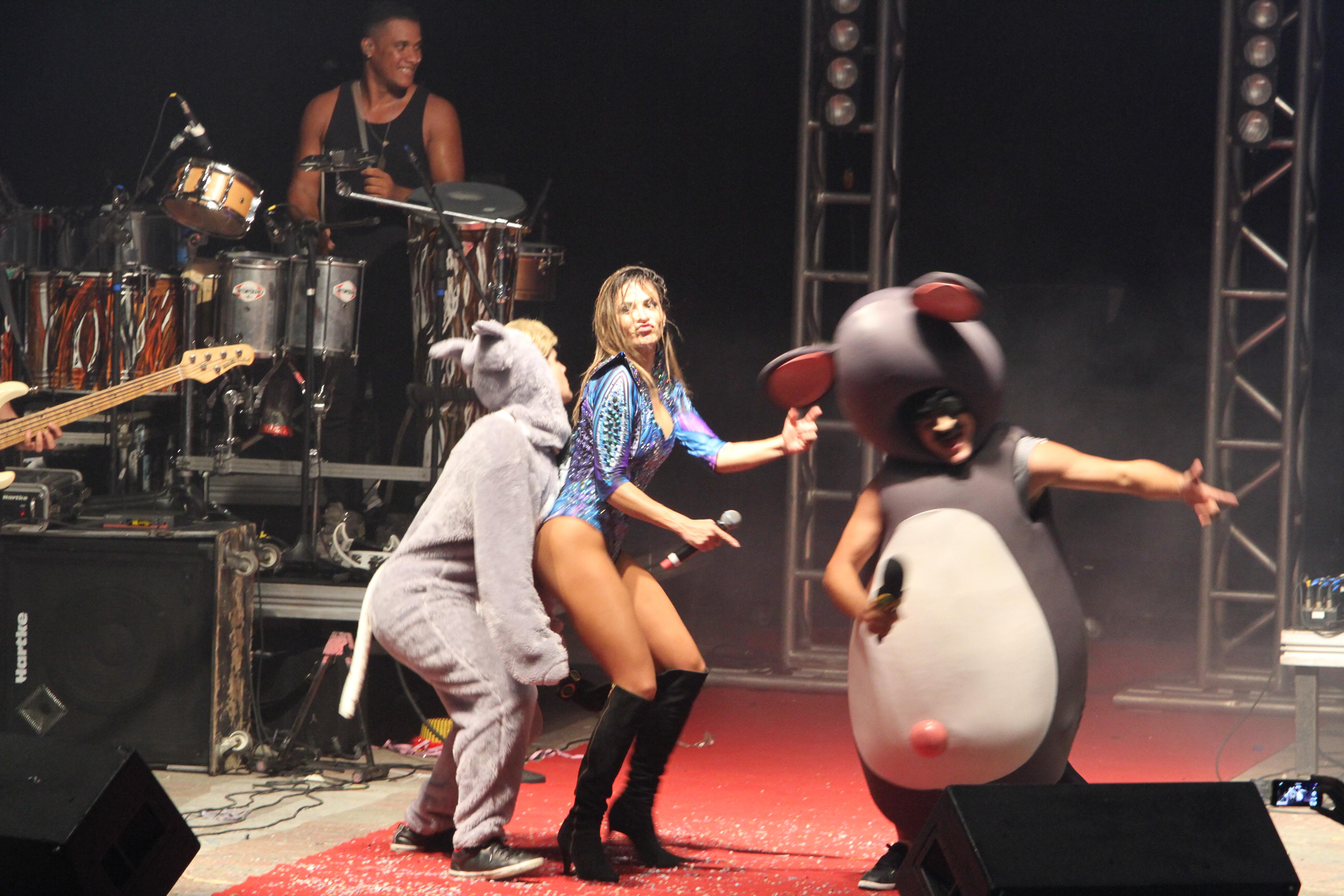 Equipe do Pânico no palco com Alinne Rosa - Crédito: Nando Chiappetta/DP