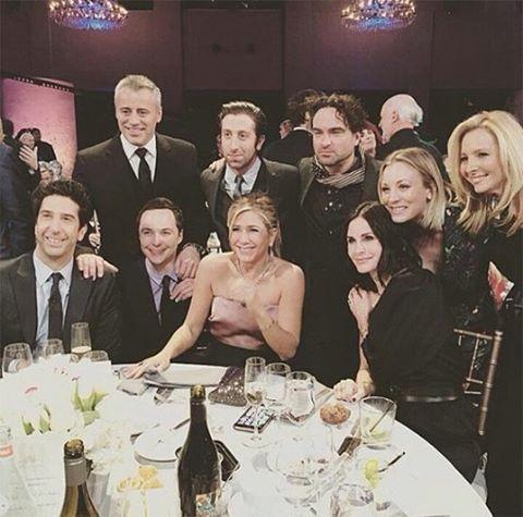 Elencos de Friends e Big Bang Theory posam juntos - Crédito: Reprodução