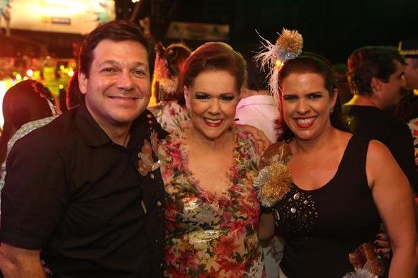 Geraldo Julio e Cristina Mello ladeando Joseli Lacerda no Bal Masqué. Crédito: Hesíodo Goés / DP