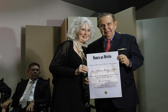 João Alberto recebe homenagem da APL das mãos de Fátima Quintas. Crédito: Ricardo Fernandes / DP
