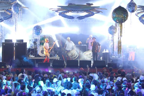 O público acompanhou em coro o show da Nação Zumbi - Crédito: Nando Chiappetta/DP - BLOG JA