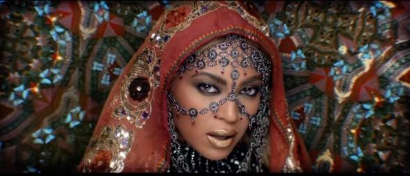 No clipe, a cantora aparece vestida com roupas tradicionais indianas - Crédito: Reprodução/Youtube