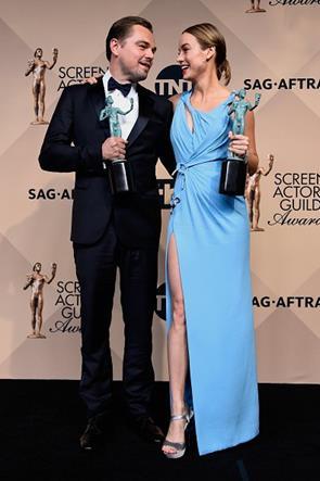 Leonardo DiCaprio posa com Brie Larson. Os atores ganharam as principais categorias em cinema - Crédito: Reprodução/Twitter