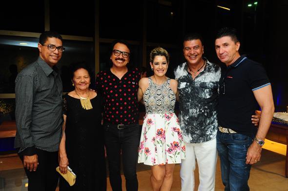 Miguel Braga e mãe, Augusto Werner, Sandra Janguiê, Marcos Salles e Janguiê Diniz - Crédito: Armando Artoni/Divulgação