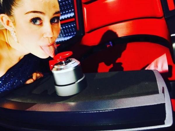 A cantora postou em seu Twitter uma foto com o botão vermelho do The Voice - Crédito: Reprodução/Twitter