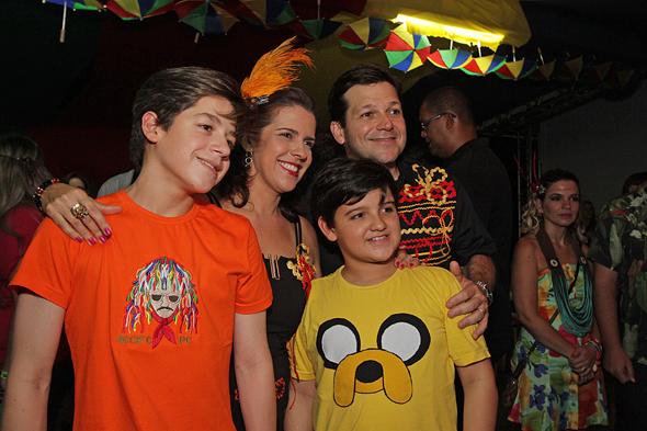 Cristina Mello e Geraldo Júlio com os filhos - Crédito: Roberto Ramos/DP