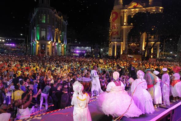 Naná Vasconcelos fez a abertura oficial do carnaval - Crédito: Roberto Ramos/DP.