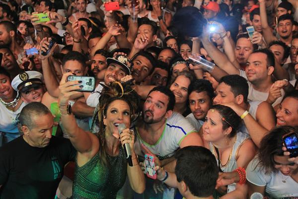 Ivete desceu do palco para tirar fotos com os fãs Crédito: Luiz Fabiano/Comunnik/Divulgação