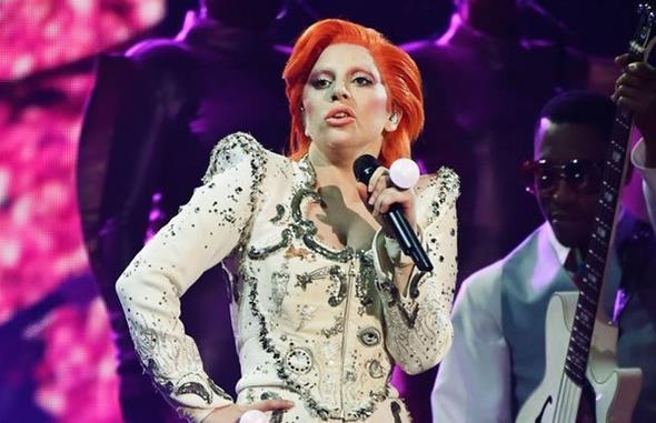 Lady Gaga se apresentou em tributo a Bowie no Grammy - Crédito: Reprodução/Twitter