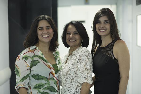 A médica Ângela Silveira e as filhas Ana Paula e Ana Karina - Créditos: Ednaldo Bispo/Divulgação