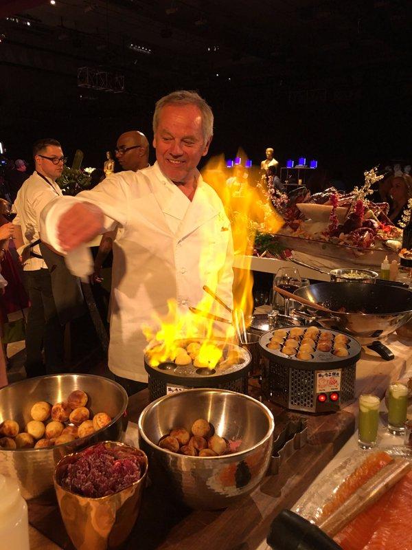 O chef Wolfgang Puck é responsável pelo banquete há 22 anos - Crédito: Reprodução/Twitter