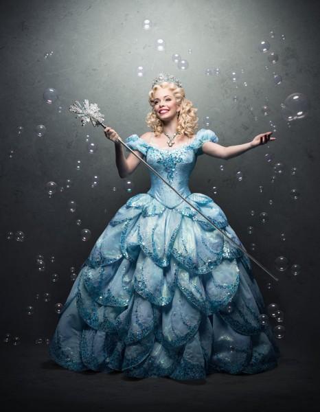 Fabi Bang como Glinda - Crédito: Pedro Dimitrow/Reprodução/Facebook