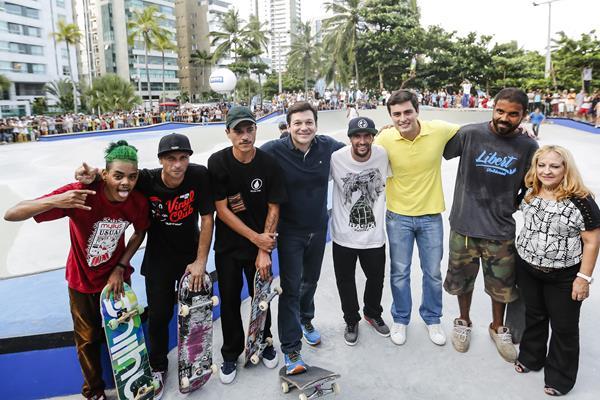 Geraldo Júlio e Camilo Simões com skatistas - Crédito: Andréa Rêgo Barros/PCR/Divulgação