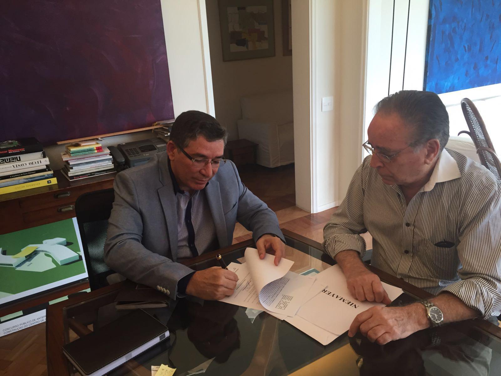 Jânyo Diniz em reunião com o Superintendente do Instituto Oscar Niemeyer, João Batista - Crédito: Arquivo pessoal