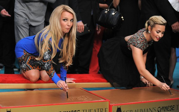 Britney Spears e Demi Lovato foram juradas na versão americana do programa - Crédito: Reprodução/Twitter