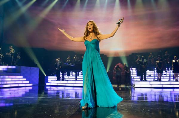 Celine Dion dominando inteiramente o imenso palco