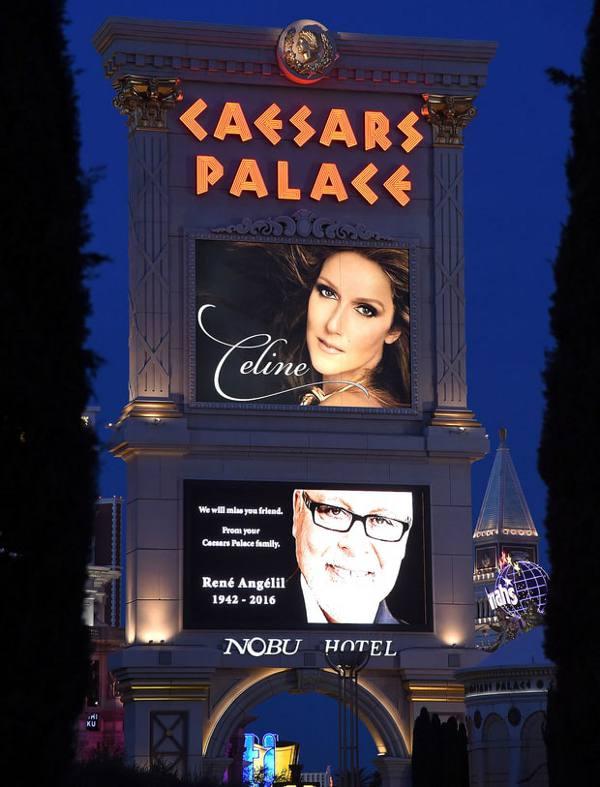 O cartaz do Caesars Palace na noite do show de volta, com uma imagem de René Angélil, o marido de Celine Dion