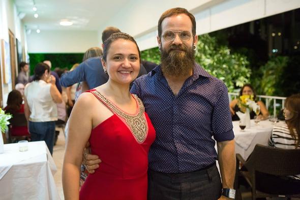 Fabiana Gusmão e o artista plástico Alfredo Lima. Crédito: Clara Gouvêa/Divulgação