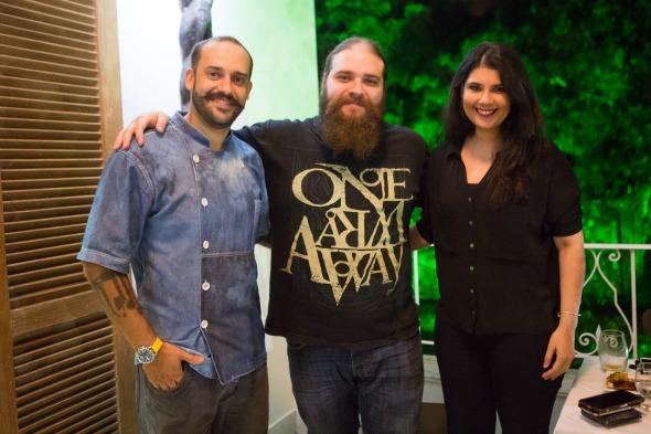 O chef Doryan Bessa, o empresário Antônio Augusto Araújo e sua esposa Juliana Araújo. Crédito: Clara Gouvêa/Divulgação
