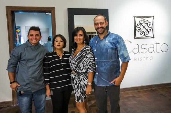 Os chefs Adriano Oliveira e Doryan Bessa com as sócias Beatriz e Márcia Cabral. Crédito: Clara Gouvêa/Divulgação